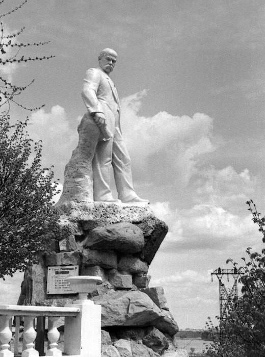 Первый памятник Т.Г. Шевченко в парке. Фото 1950-х годов Тайны Днепра: великий Кобзарь на Приднепровье