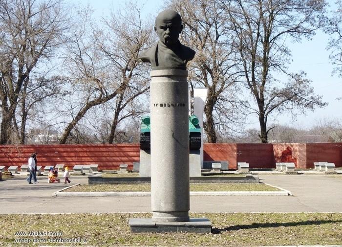 Памятник Т.Г. Шевченко на улице Передовой. Тайны Днепра: великий Кобзарь на Приднепровье