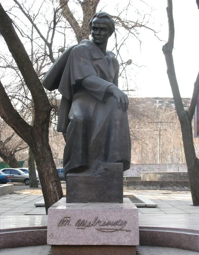 Памятник Т.Г. Шевченко возле театра имени Шевченко Тайны Днепра: великий Кобзарь на Приднепровье