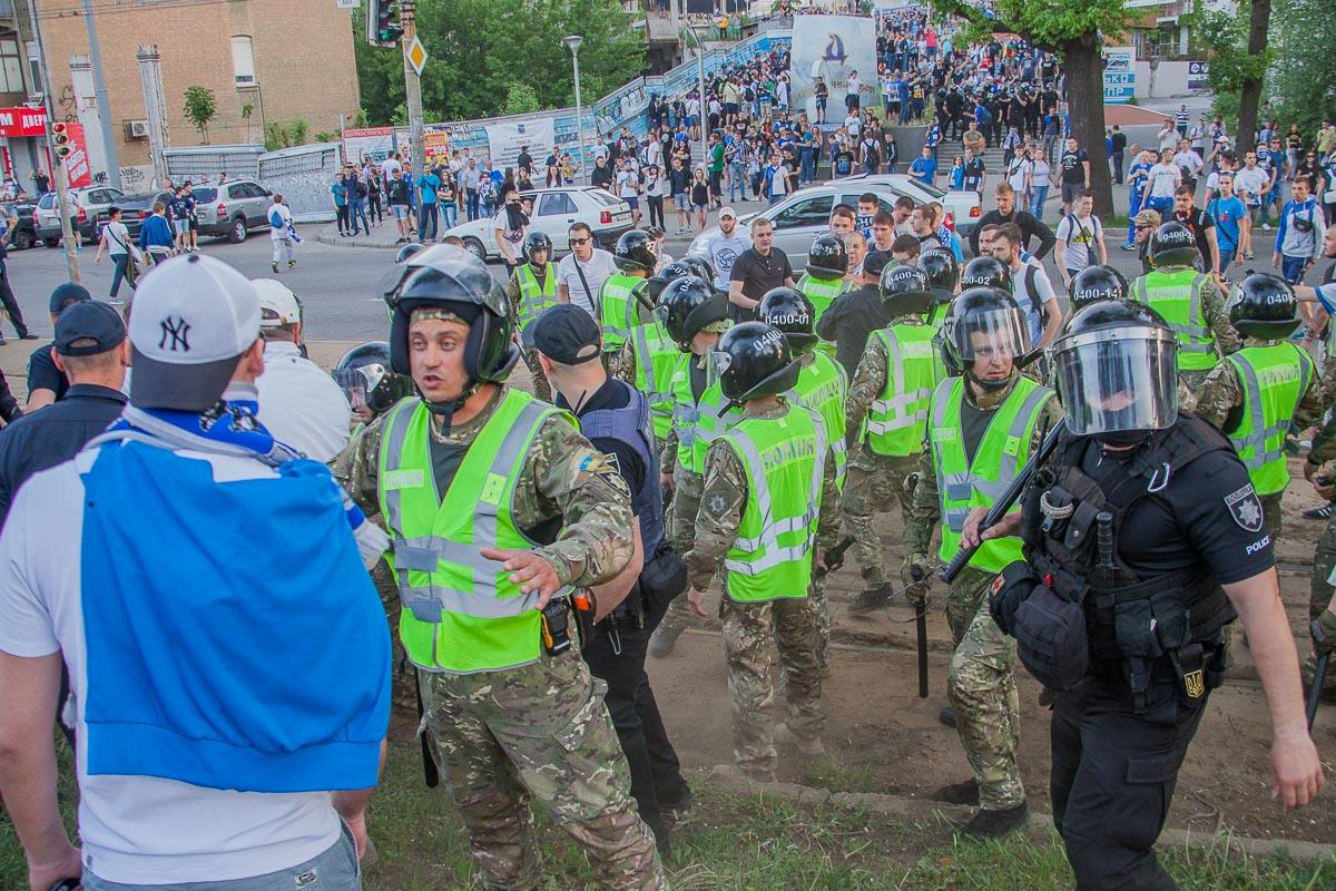 Ультрас устроили драку с полицией и закидали Toyota Prius камнями