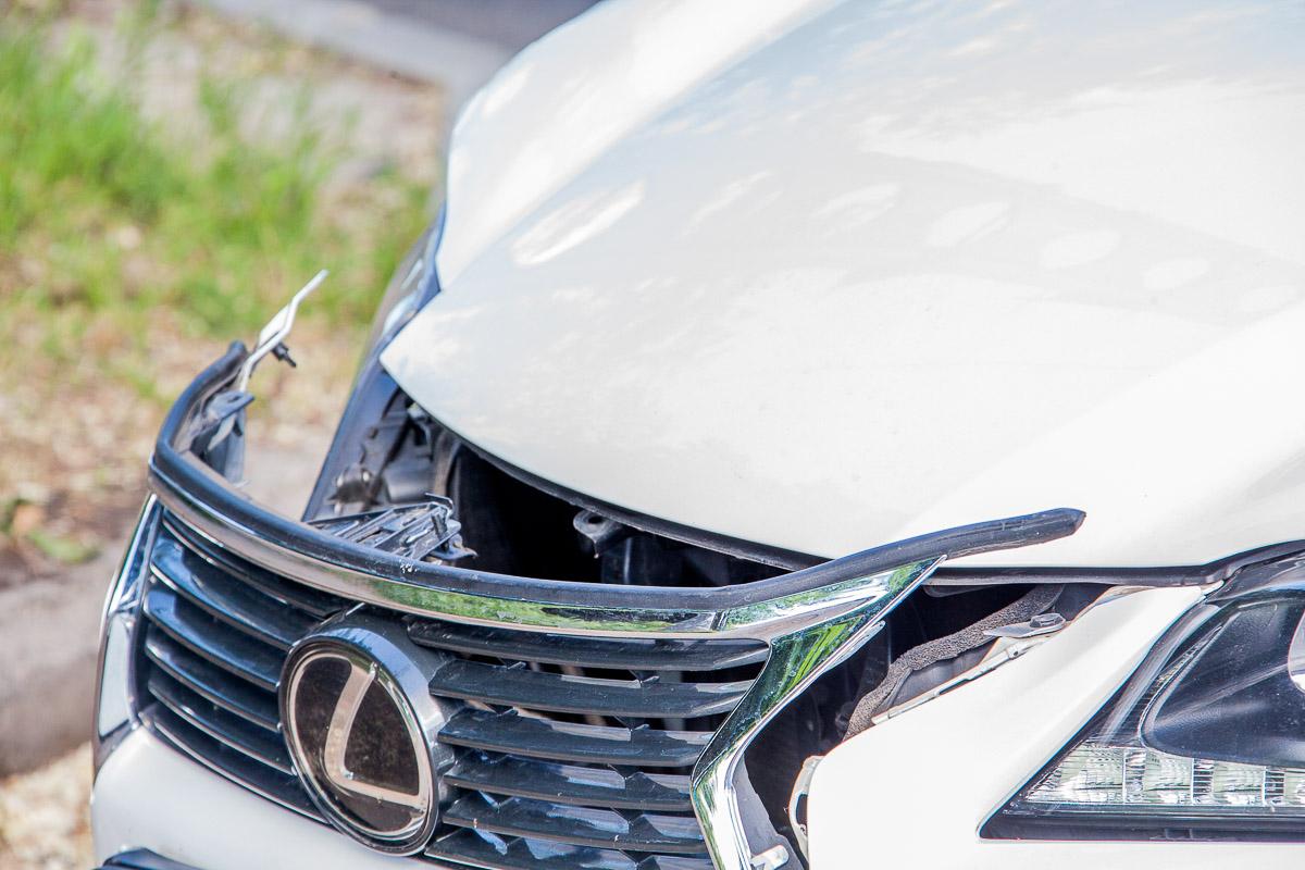 На улице Савченко столкнулись Lexus, Hyundai и Chrysler: есть пострадавшие