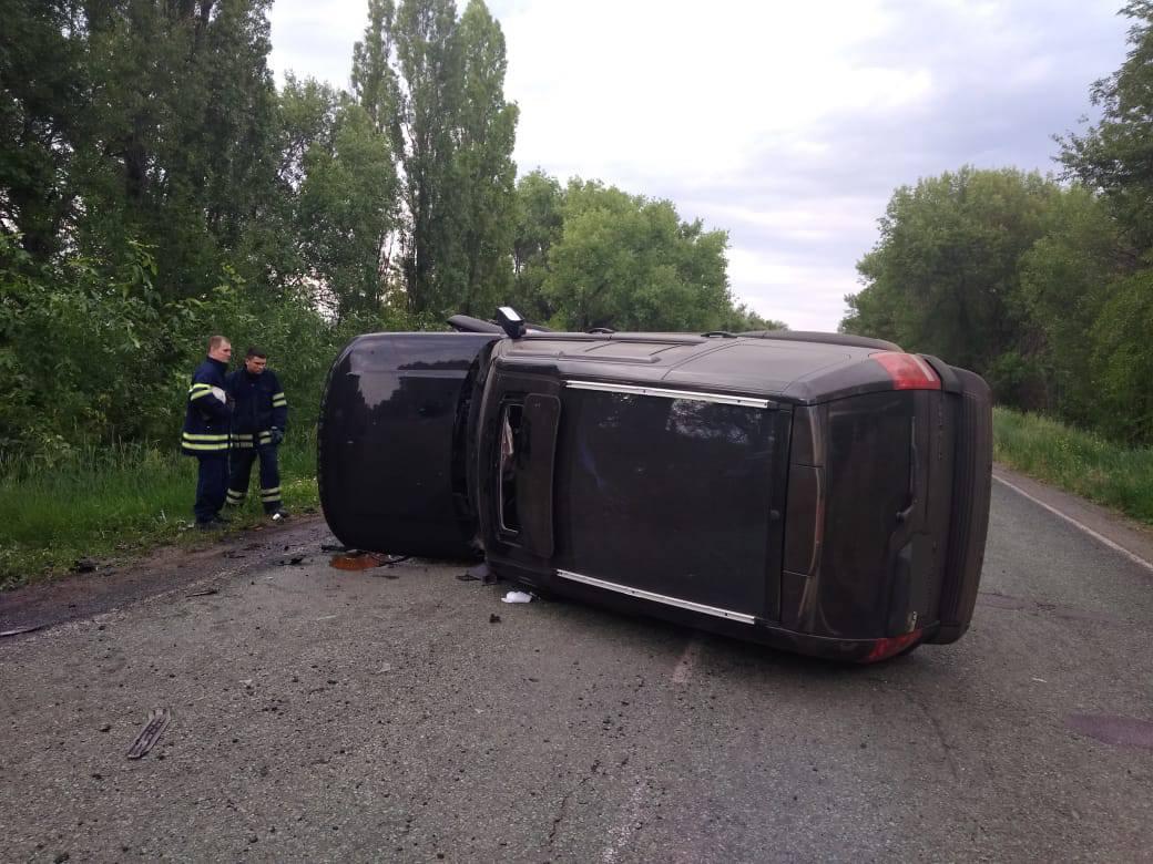 На Никопольской трассе внедорожник столкнулся со Skoda: джип перевернулся, от Skoda ничего не осталось