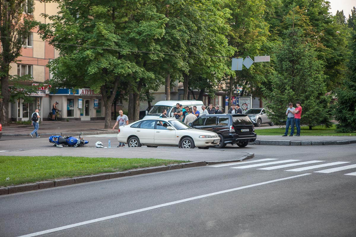 На проспекте Гагарина Mazda столкнулась с мотоциклистом