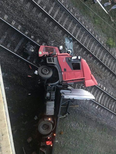 Под Новомосковском фура упала с моста на железную дорогу