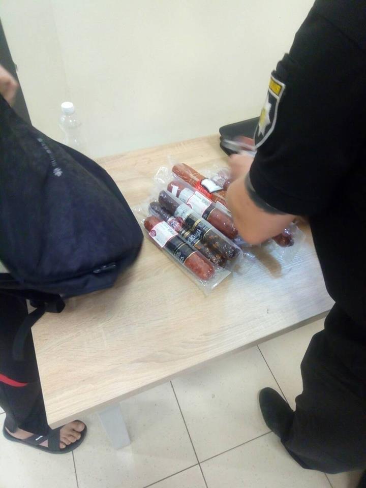 Житель Днепра пытался вынести из супермаркета 14 палок колбасы