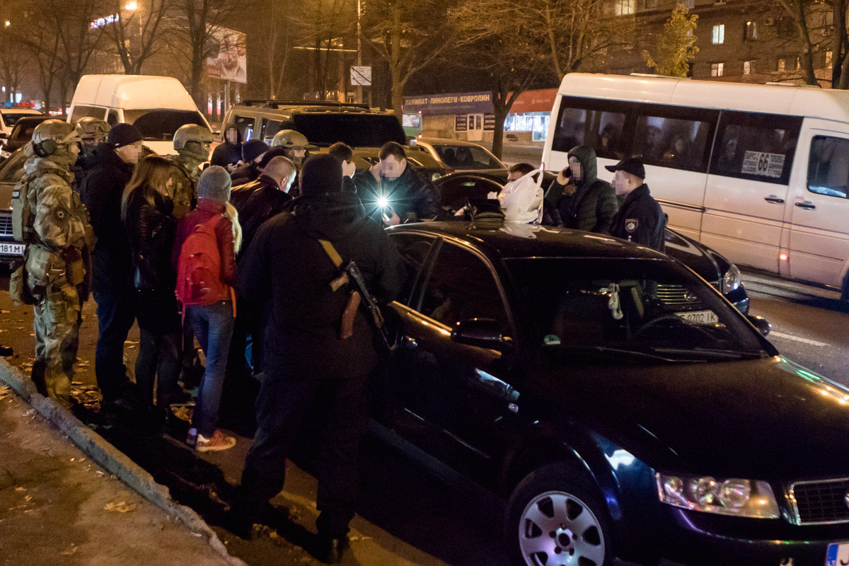 В Днепре на проспекте Поля полиция и спецназ штурмовали Audi