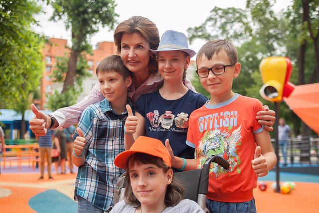 Марина Порошенко на открытии инклюзивного детского парка в сквере возле Днепропетровской ОГА.