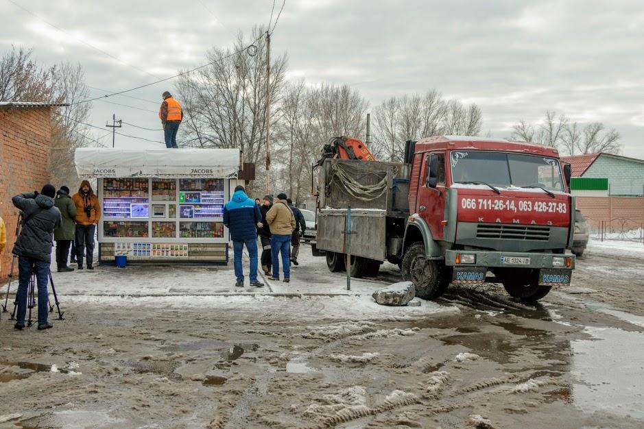 В Днепре демонтировали еще один киоск, в котором продавали спиртное в ночное время
