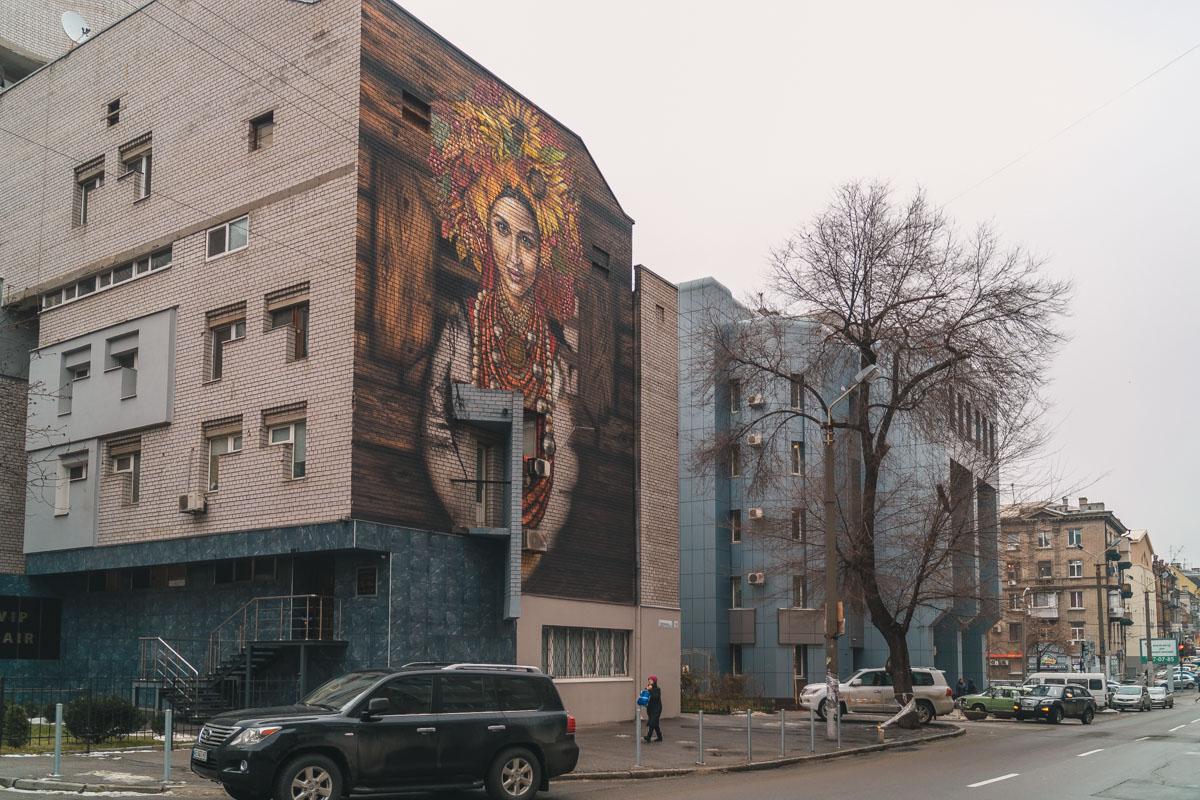 В центре Днепра закончили рисовать мурал с украинкой