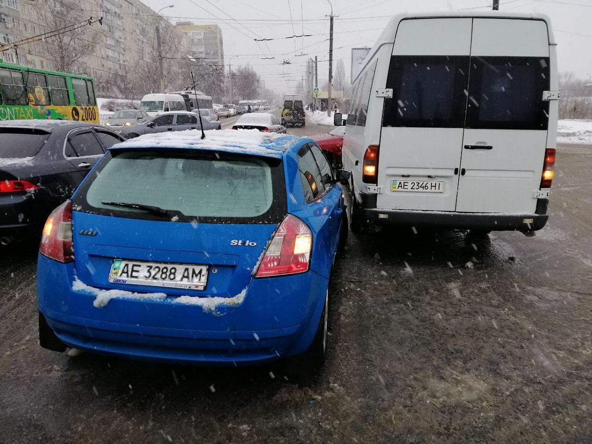 В Днепре на Калиновой столкнулись Fiat и маршрутка с пассажирами