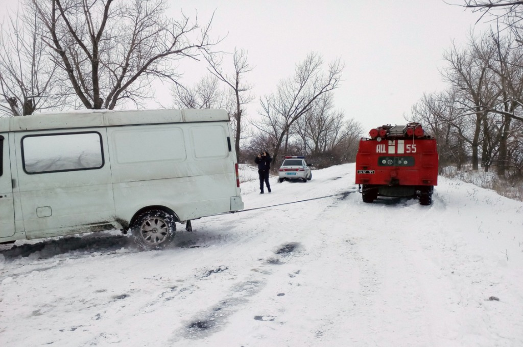 Васильковка За сутки спасатели Днепропетровщины освободили 16 автомобилей из снежных ловушек
