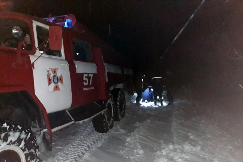 Самарское За сутки спасатели Днепропетровщины освободили 16 автомобилей из снежных ловушек