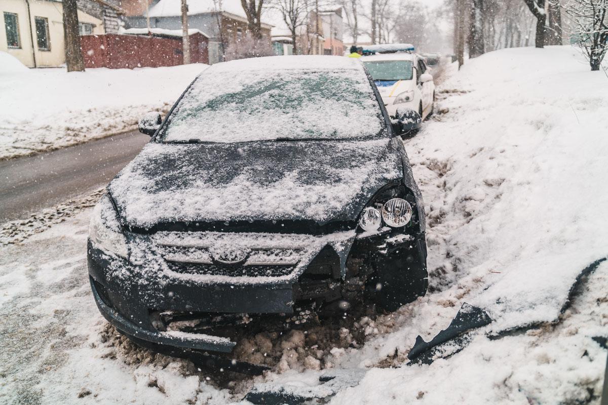 В Днепре Kia въехала в столб, объезжая аварию: движение затруднено
