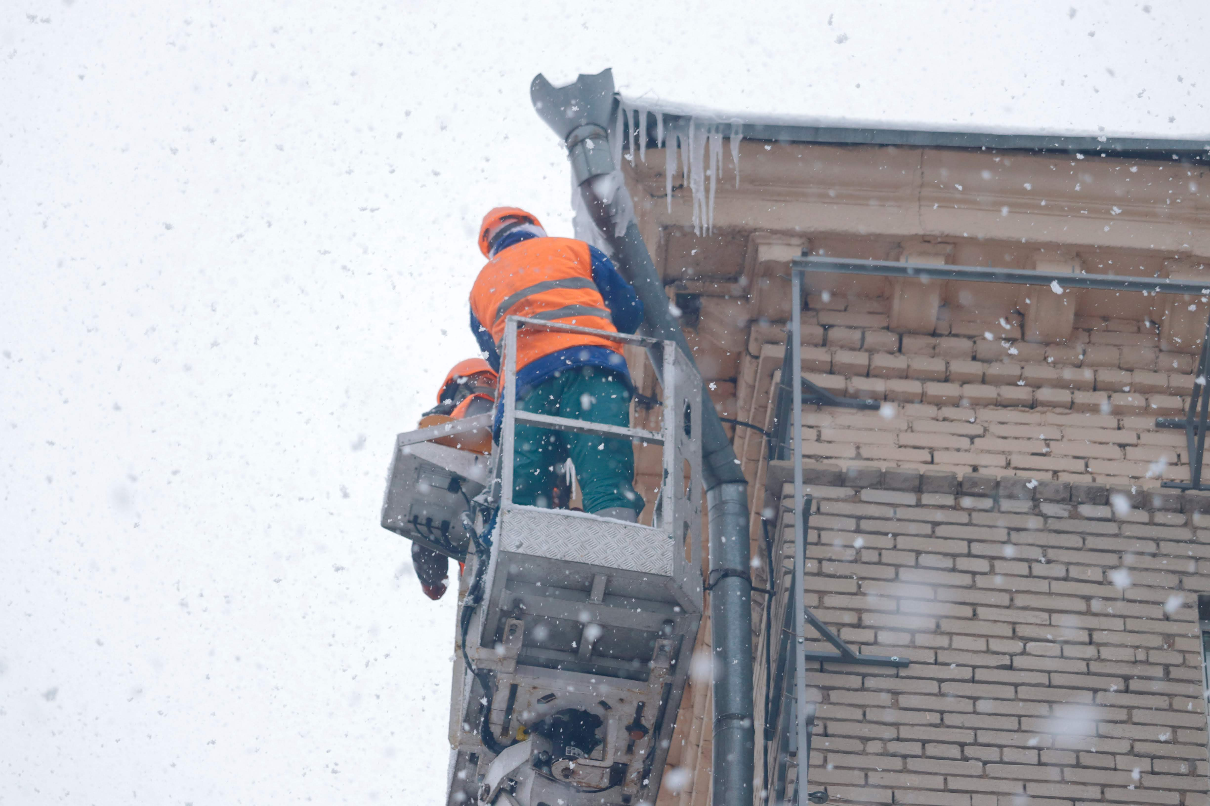 В мэрии Днепра призвали водителей не оставлять автомобили возле домов, чтобы спецтехника могла убрать сосульки с крыш