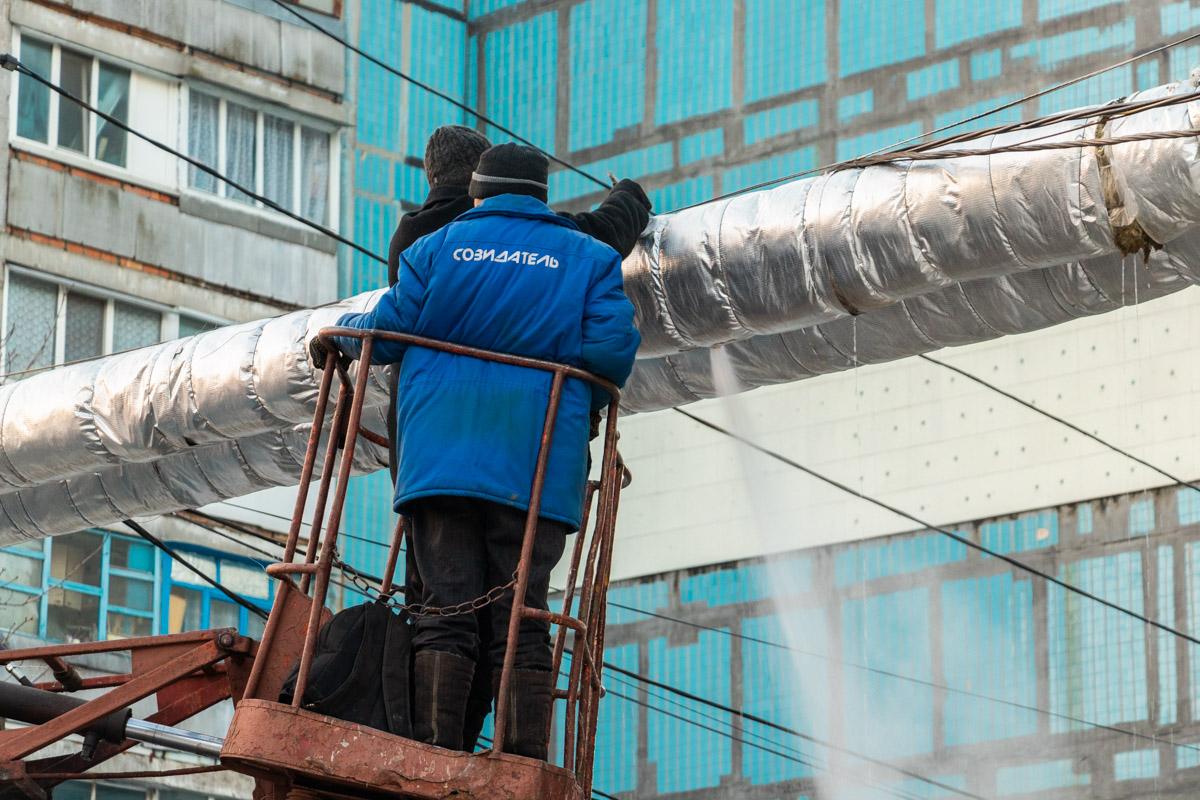 В Днепре на Инженерной лопнула труба теплотрассы: коммунальщики устраняют проблему