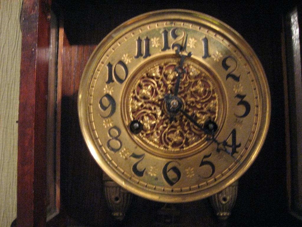 Первыми в коллекции стали  настенные часы компании «Junghans Clockmaking», с которыми связана интересная семейная история Хранитель времени