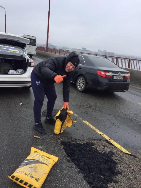 Жители Днепра сами начали чинить Новый мост