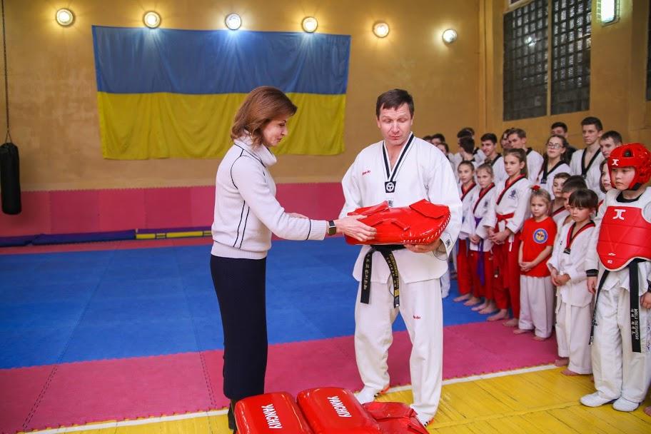 В Днепре Марина Порошенко подарила современные слуховые аппараты 19-летней Марии Леванович