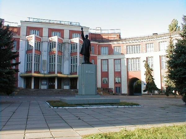 Памятник Ленину перед ДК Ильича до демонтажа. Люди Днепра: Династия скульпторов Жирадковых