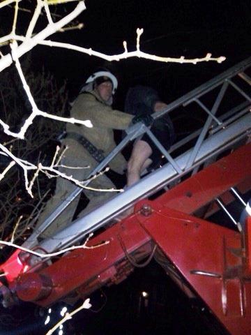 В Кривом Роге во время ликвидации пожара спасли мужчину