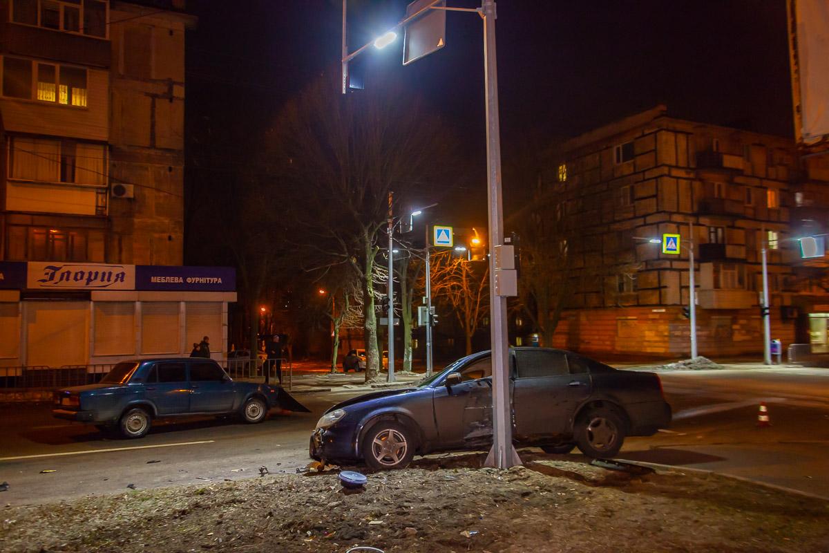 В Днепре на проспекте Поля столкнулись ВАЗ и Chery: водитель иномарки скрылся с места происшествия
