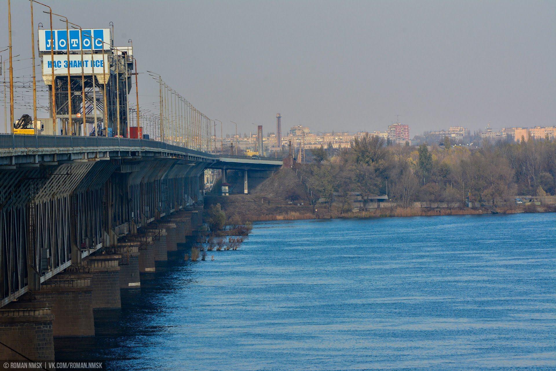 Рядом с Амурским мостом до сих пор прекрасно видны остатки деревянных мостовых свай Тайны старых мостов Днепра