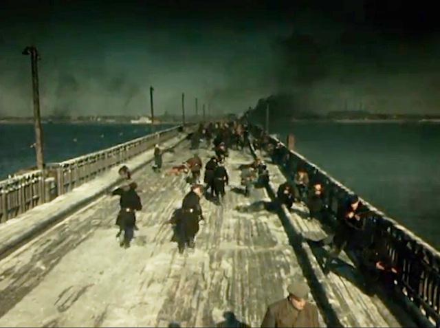 В фильме «Хмурое утро» (1959 год), который снимали в Днепропетровске, много сцен снято именно на деревянном мосту, на месте которого в 1967 году построили Новый мост. Это, наверное, единственные снимки, которые сняты непосредственно на данном мосту Тайны старых мостов Днепра