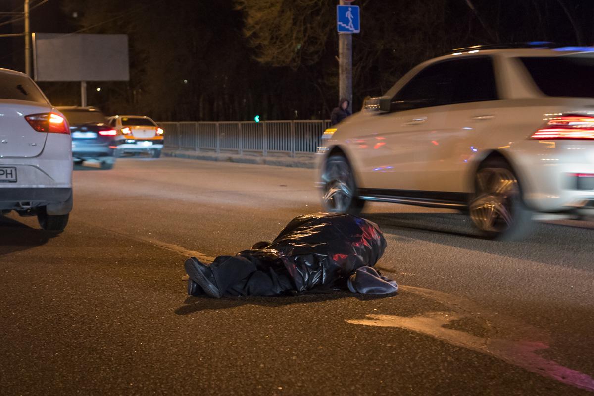 В Днепре на Запорожском шоссе автомобиль Seat насмерть сбил женщину