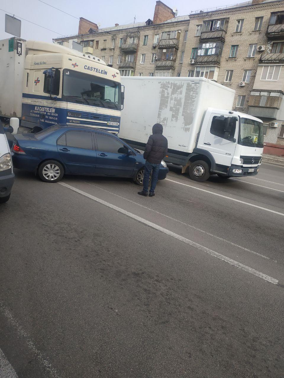 ДТП на Слобожанском проспекте: фура врезалась в легковой автомобиль