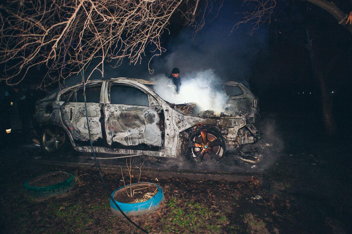В Днепре на Тополе дотла сгорели два BMW