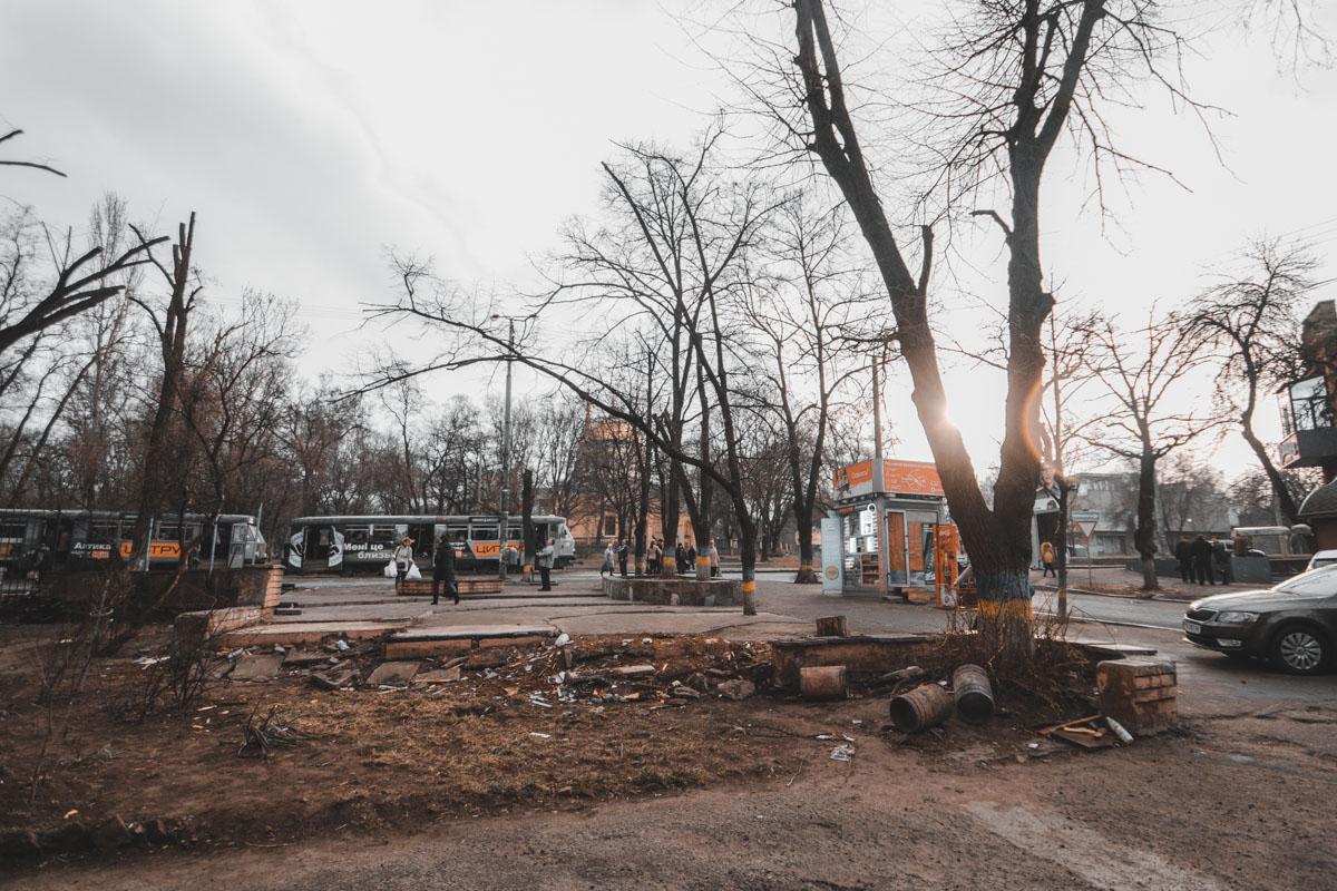 Соборная площадь. В Днепре на Калиновой владельцы МАФов демонтировали свои киоски