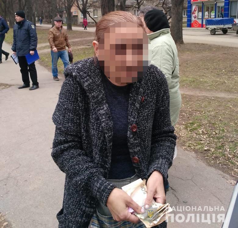 На Днепропетровщине полицейские задержали трех женщин, которые похитили у пенсионерки 10 тысяч гривен