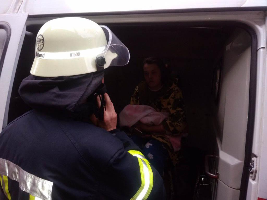 В Каменском во время пожара спасли женщину с младенцем