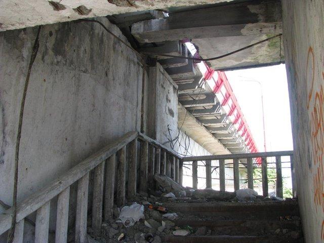 Кроме самого моста, будут отремонтированы и лестницы к нему и вся территория вокруг