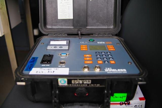 Передвижная лаборатория оборудована компьютером и электронными весами