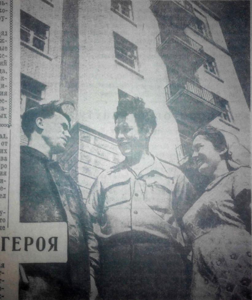 Сын генерала Евгений Каруна на строительстве дома (в центре фото). Фото 1956 г. Ко Дню Победы: генерал Василий Каруна