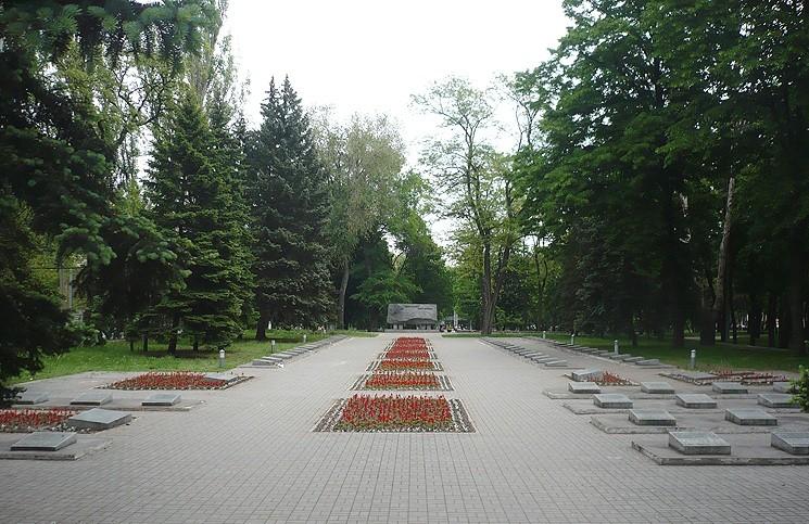 Городское мемориальное кладбище на Соборной площади. Здесь в 1967 году был перезахоронен Василий Каруна. Ко Дню Победы: генерал Василий Каруна