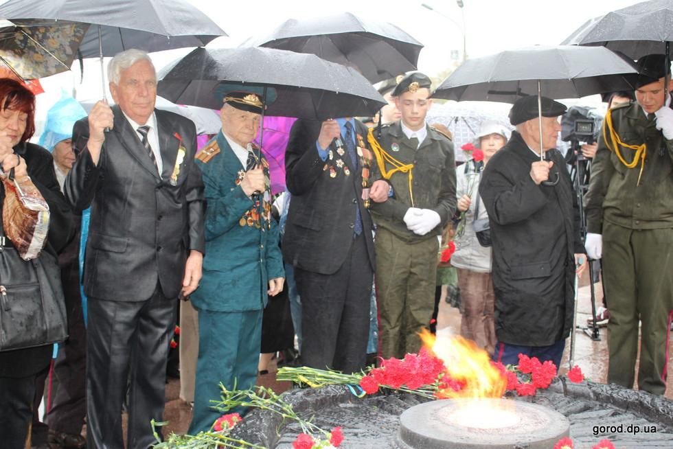 9 мая в Днепре: ветераны под зонтами и пледами