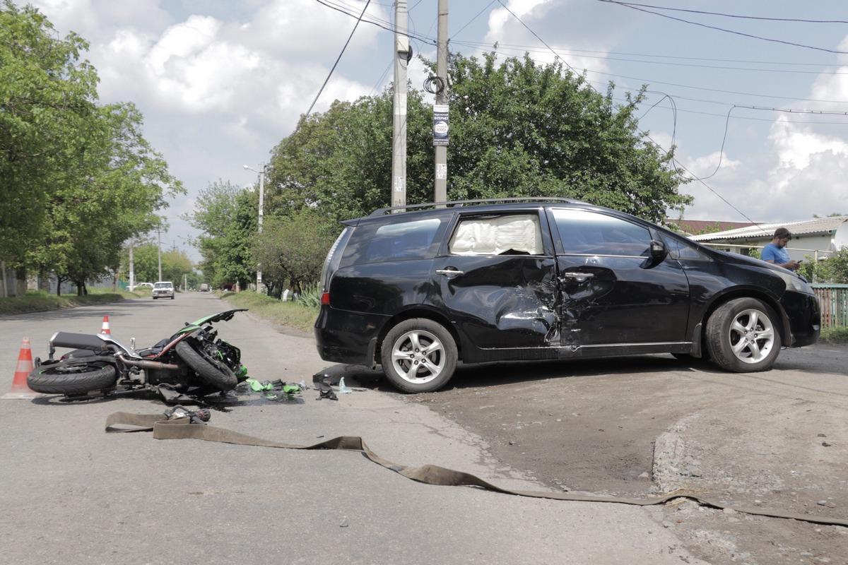 В Днепре от удара с Mitsubishi мотоцикл разбился вдребезги