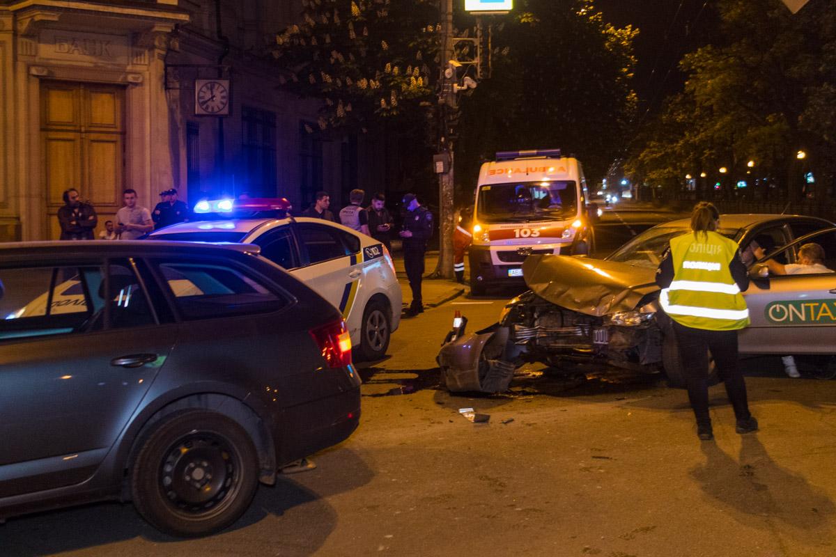В Днепре на проспекте Яворницкого такси влетело в Skoda