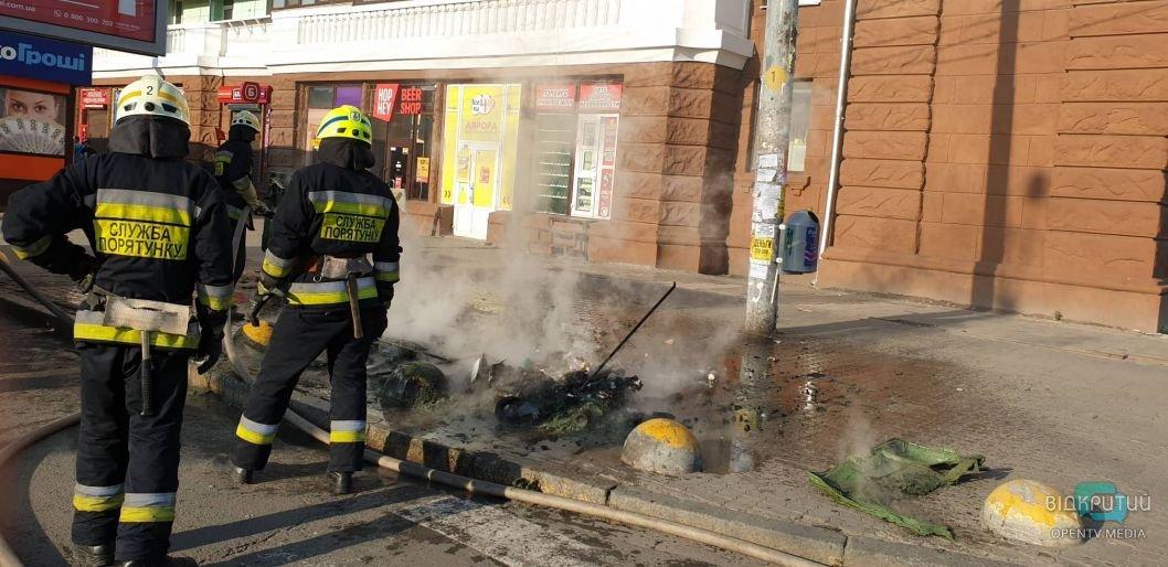 В Днепре возле ж/д вокзала сожгли мусорные баки
