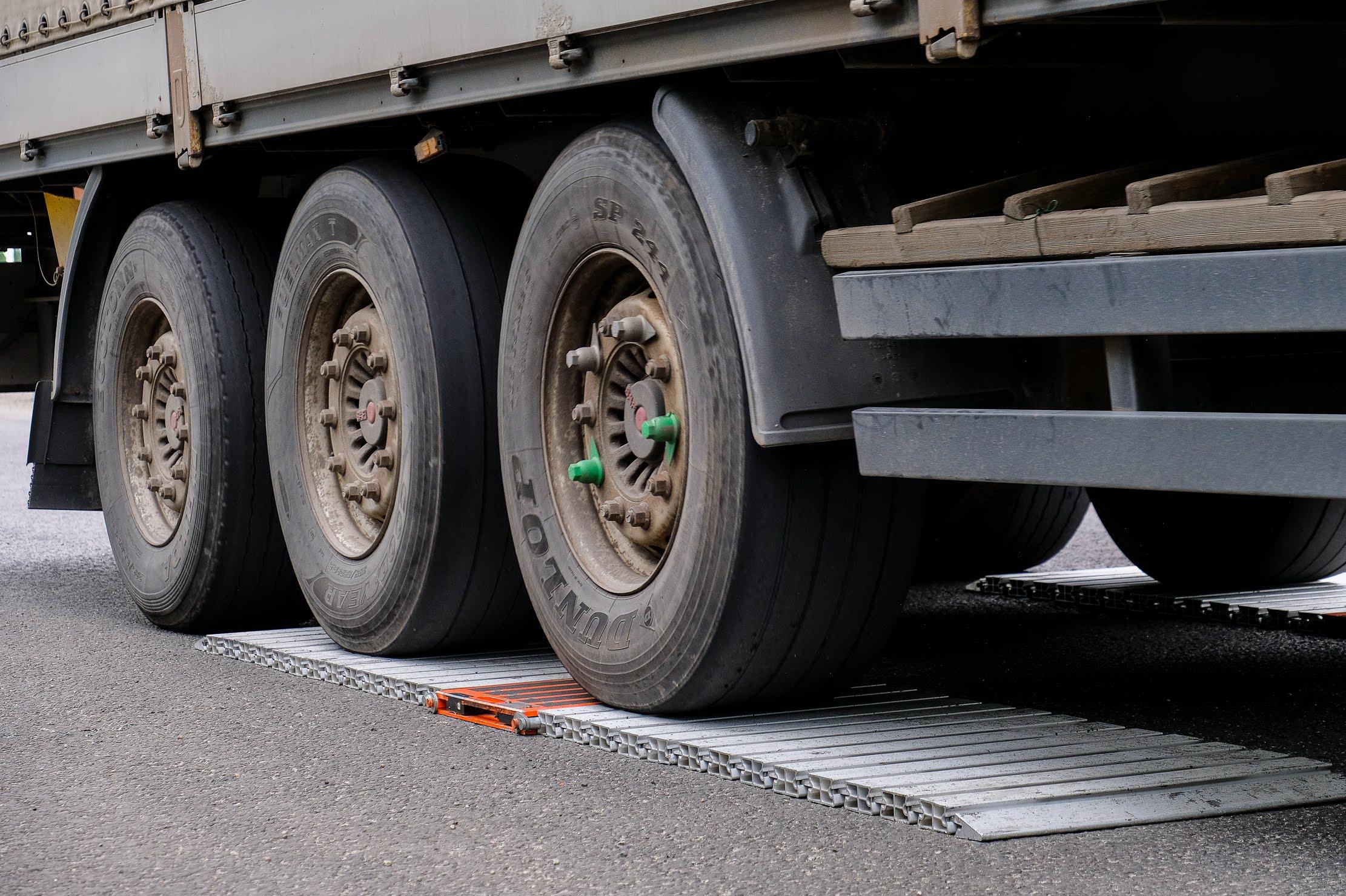 За два месяца на въездах в Днепр проверили почти полторы тысячи грузовиков