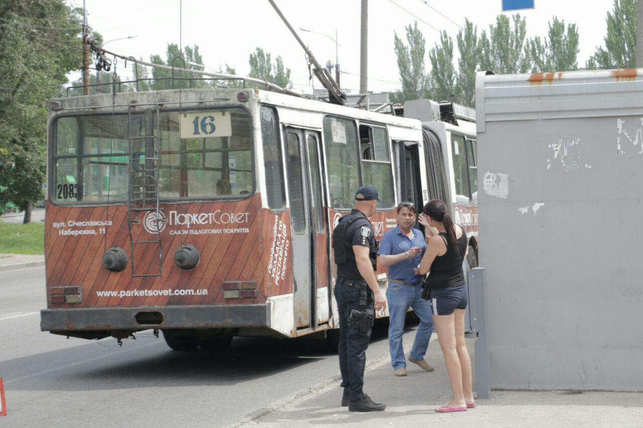 В Днепре на Тополиной троллейбус № 16 наехал на женщину