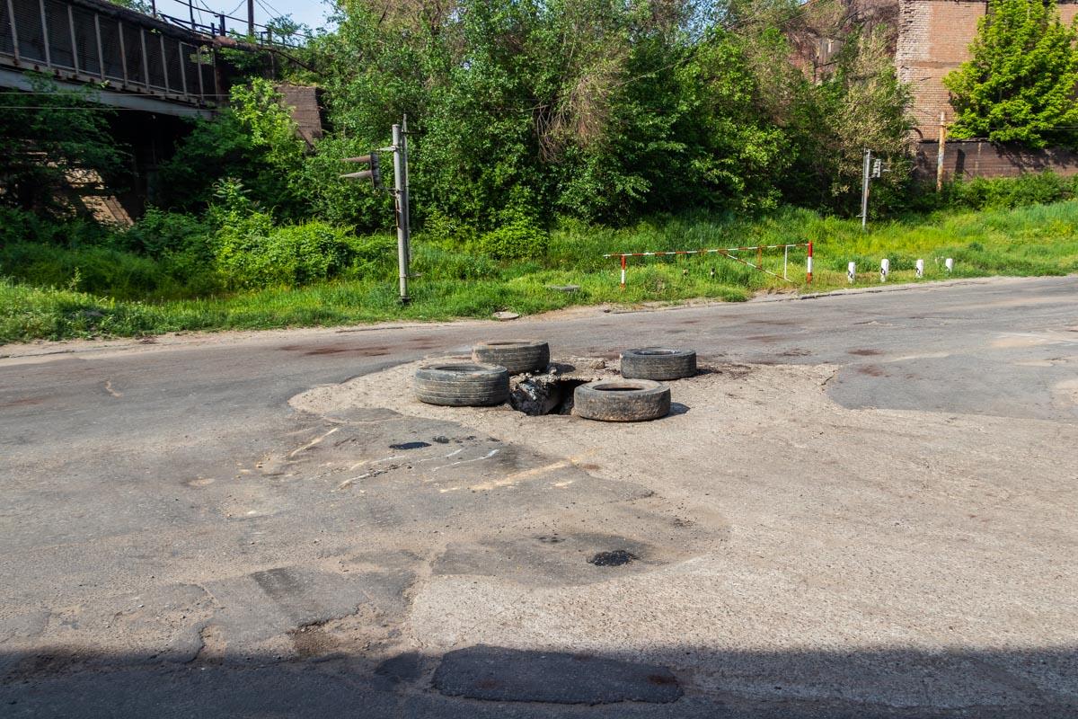 В Днепре на проспекте Свободы под грузовиком провалился асфальт
