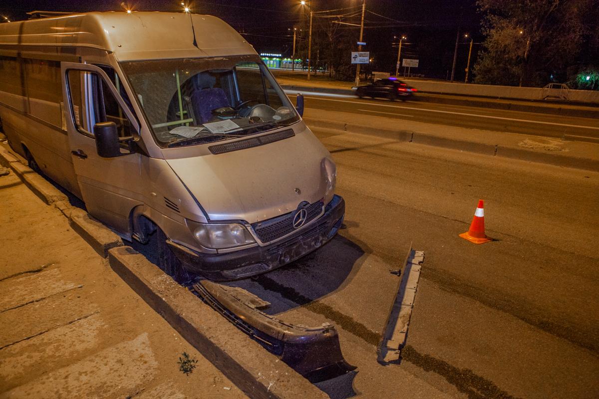 В Днепре возле ТК «Наша Правда» нетрезвый водитель такси въехал в маршрутку №136 с пассажирами