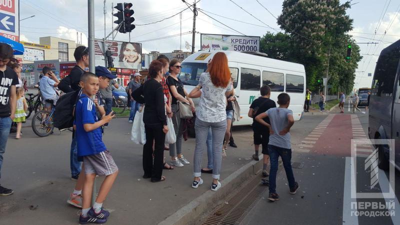 В Кривом Роге из-за аварии маршрутка вылетела на тротуар: есть пострадавшие