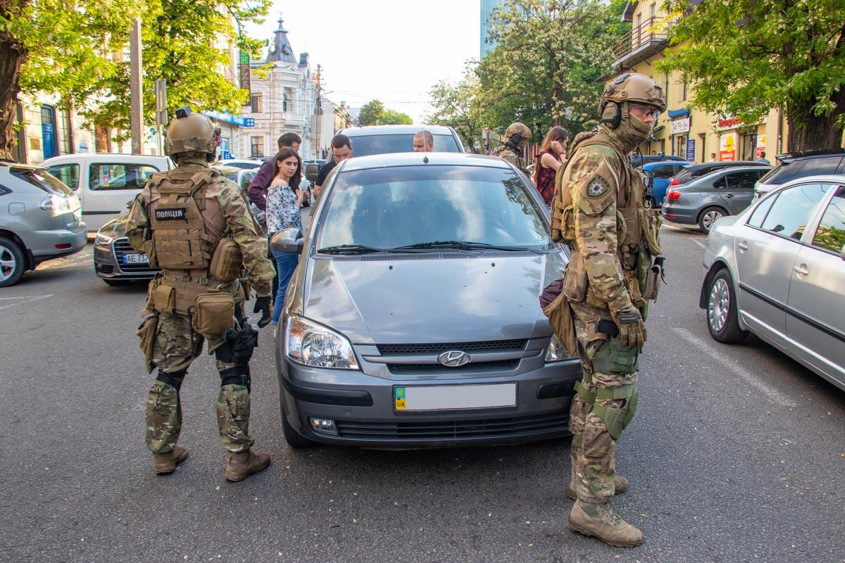 В центре Днепра вооруженные бойцы КОРД проводили задержание