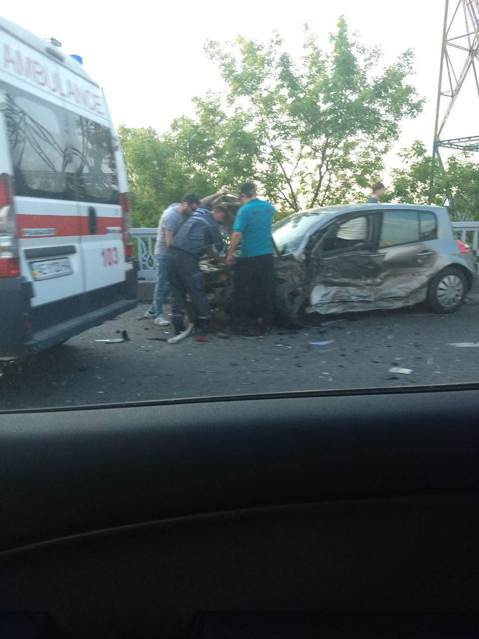 В Днепре на Новом мосту ДТП: авария парализовала движение