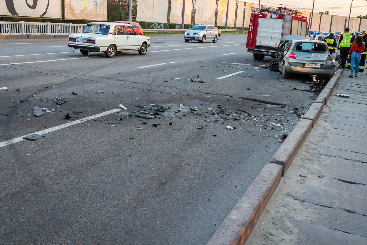 В Днепре на Набережной Заводской столкнулись Renault и Subaru: пострадали два мужчины