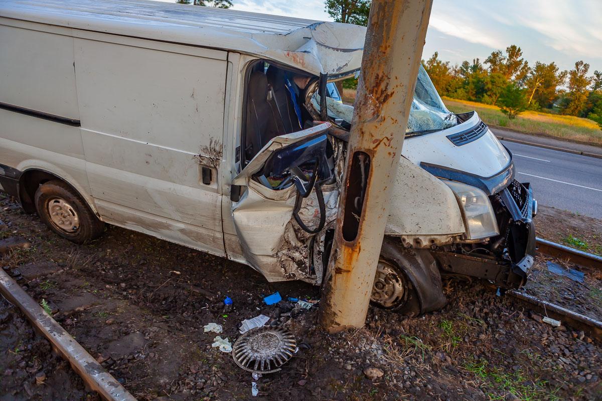 В Днепре возле Кайдакского моста Ford вылетел на рельсы и врезался в столб: пострадала женщина